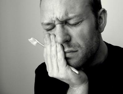 Глоссит языка доставляет дискофорт во время еды и чистки зубов